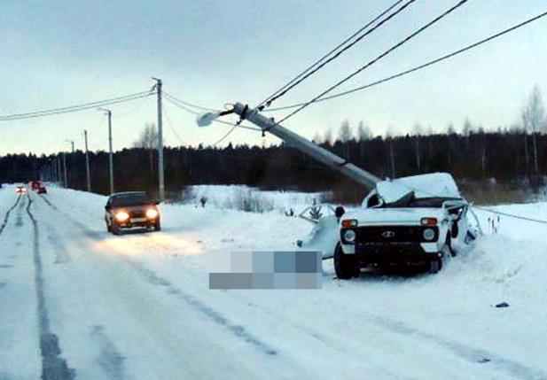 В пригороде Нефтекамска «Нива» сломала бетонный столб, погиб пассажир