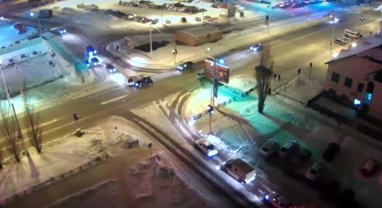 Видео: в Стерлитамаке на перекрестке столкнулись две легковушки