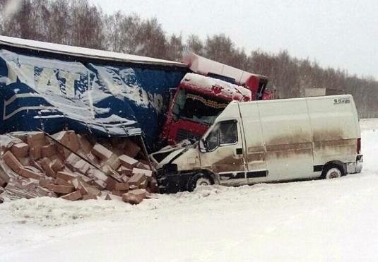 В Туймазинском районе лоб в лоб столкнулись микроавтобус и фура, погиб пассажир