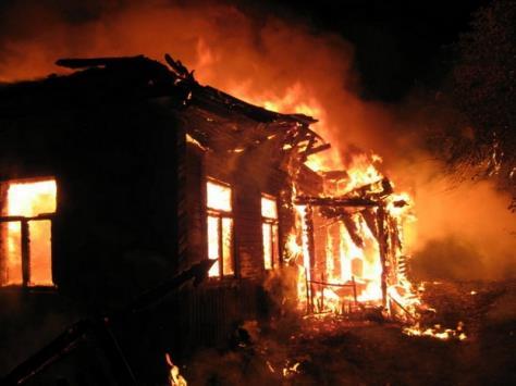 В Архангельском районе сегодня ночью тушили деревянный дом