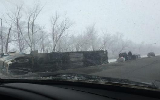На трассе Уфа-Самара перевернулась фура с мраморными плитами