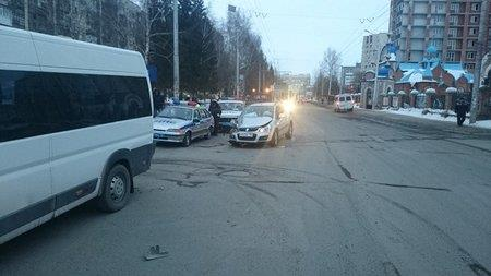 В Уфе микроавтобус столкнулся с легковушкой