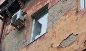 На голову уфимца со стены 9-этажного дома упал кусок фасада