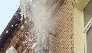 В Стерлитамаке на 3-летнюю девочку с крыши упала глыба льда