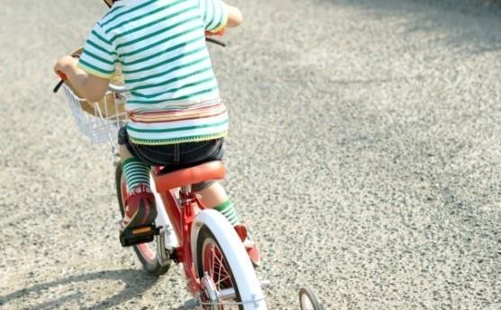 rebenok-na-velosipede
