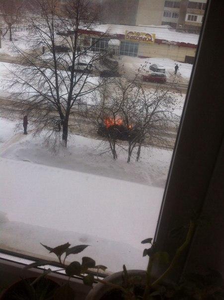 Возгорание автомобиля в Уфе, в котором находились мама с ребенком