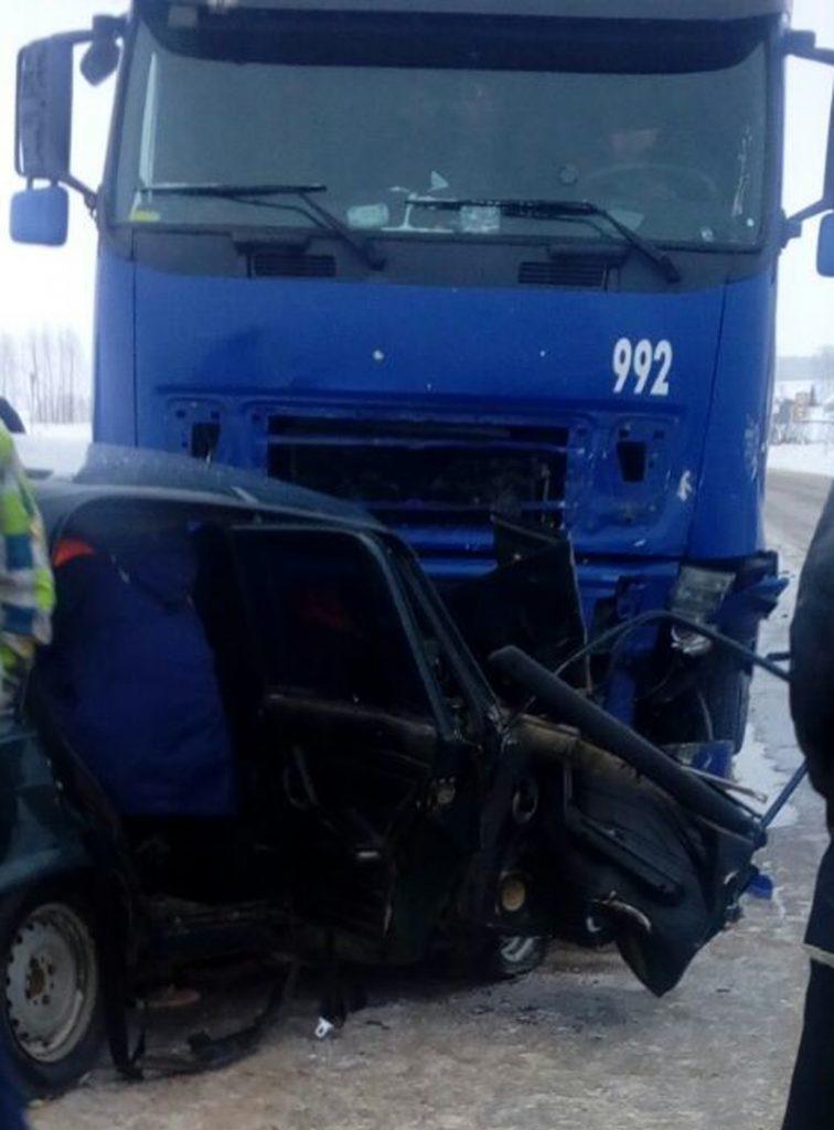 в результате столкновения автомобиля ВАЗ 2107 и грузовикаВольво погибли два человека